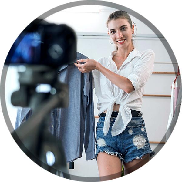 Bild: Frau beim Dreh eines Produktvideos
