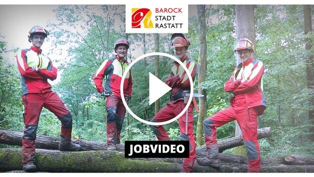 4 Fortarbeiter posen auf einem Baumstamm